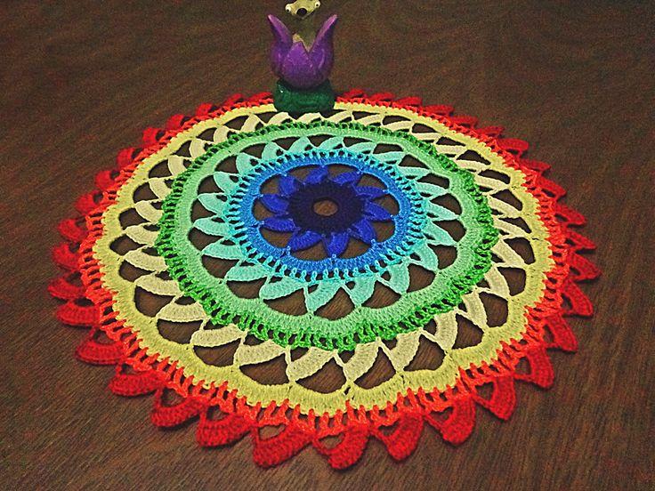 Toalhinha de decoração com aspecto de movimento e feita inteiramente a mão com a técnica de crochê. <br> <br>- 12 cores diferentes: Roxo, Azul Escuro, Azul Médio, Azul Claro, Azul Claríssimo, Verde Água, Verde Claro, Verde Limão, Creme, Amarelo, Laranja e Vermelho. <br> <br>As cores e o tamanho ficam à escolha do cliente.
