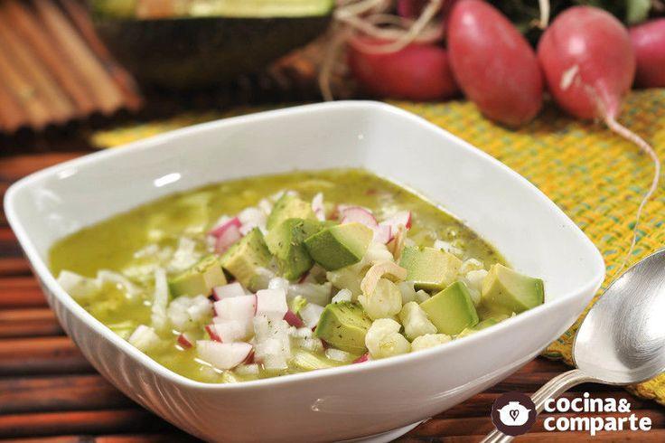 El pozole originalmente se hace con puerco, pero también existen las versiones con pollo. Hay verde, blanco y rojo. Es un platillo mexicano muy típico de estados como Guerrero, Hidalgo y Jalisco.