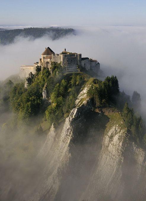 Château de Joux es un castillo, transformado en una fortaleza, en las montañas del Jura de Francia