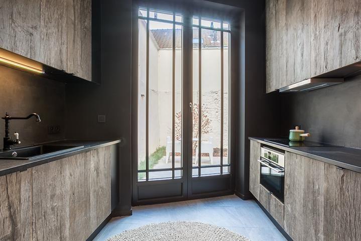 - te huur - Gelijkvloerse verdieping - 1 slaapkamers  -70 m2 - bewoonbare oppervlakte - Stijlvol gerenoveerd, gemeubeld gelijkvloers appartement met tuin op absolute topligging in het hartje van de stad (nabij de Groenplaats, de straat ge  - dubbel glas - verdieping: 0 - gemeubeld  1 bad(en) -      - oppervlakte terras: 40 m2