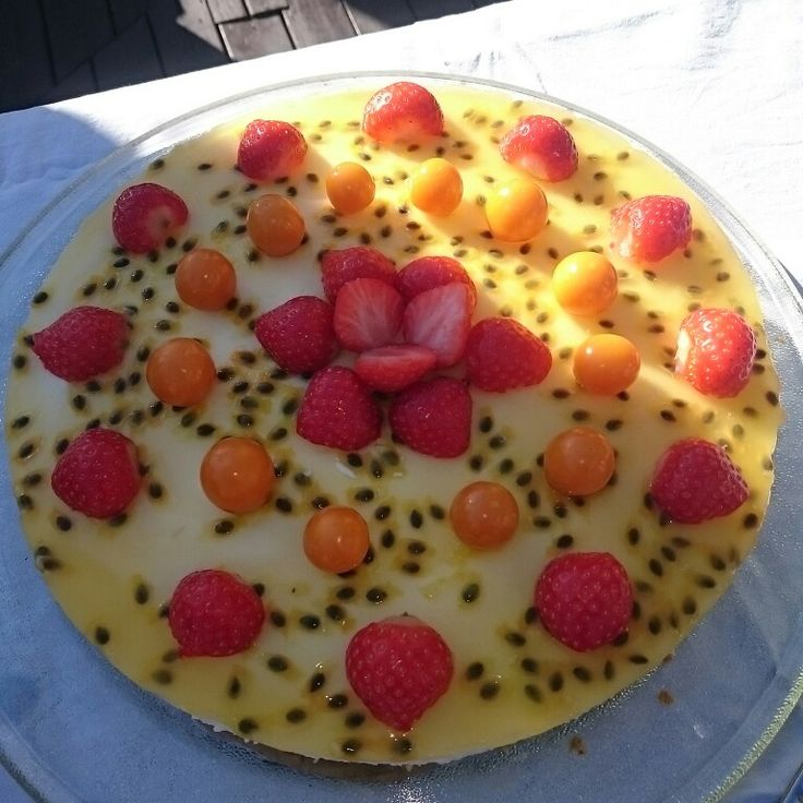 Citroncheesecake med passionsfrukt och jordgubbar