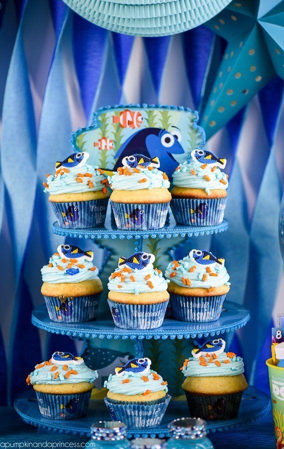 Cupcackes são um arraso em qualquer festa de qualquer tema, fazer cupcakes decorados de acordo com o tema então, fica lindo. Nessa mesa repare que a embalagem do cupcake também é do tema Dory e o suporte para cupcakes é azul, tudo no clima da festa.