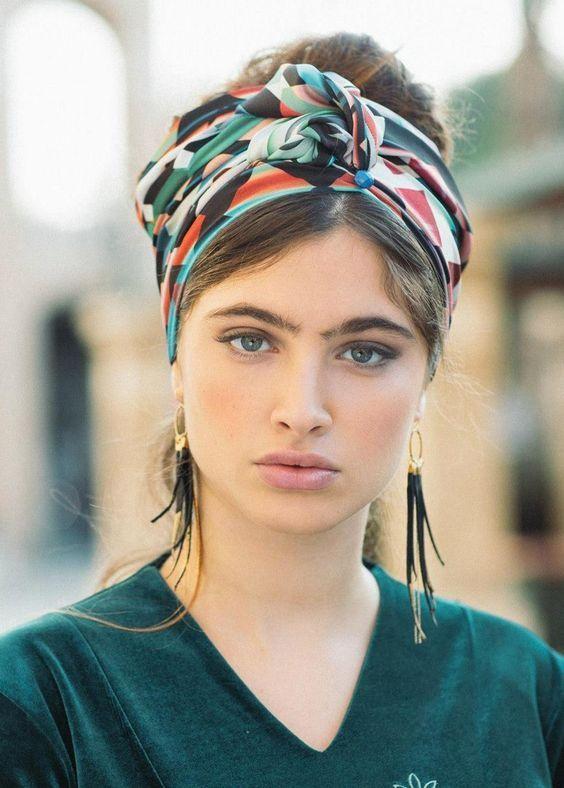 Como usar lenços no cabelo! | Scarf hairstyles, Headband hairstyles, Hair scarf styles