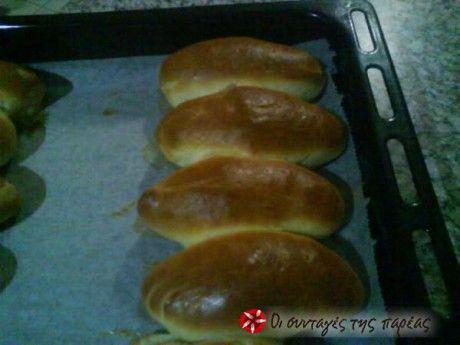 Υπέροχα, πεντανόστιμα και αφράτα τα ψωμάκια αυτά που έφτιαξε ο Άκης Πετρετζίκης σε πρωινή εκπομπή, τα οποία ο ίδιος ονόμασε γαλατόψωμα. Γίνονται πανεύκολα και ξεκούραστα γιατί ζυμώνονται στο μίξερ. Κατάλληλα και για το πρωινό σας όσο και για ένα γρήγορο βραδινό σαντουϊτσάκι!!