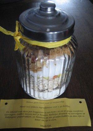 Originele traktatie i.p.v taart. Ingrediënten in een mooie pot  voor 40 koekjes.