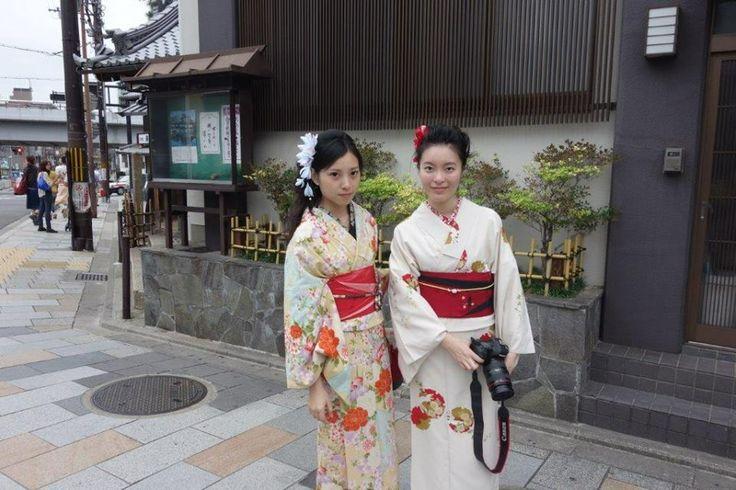 Eski imparatorluk başkenti olması, aristokratlar için verilen çay partileri ve yapılan seromoniler, Budizm merkezi olması, Geisha ve Kabuki tiyatrosu ve dansı, el sanatlarının gelişiminde ve korunmasında önemli faktör olmuş... Daha fazla bilgi ve fotoğraf için; http://www.geziyorum.net/kyotoda-kesfedilmesi-gerekenler/