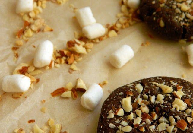 Rocky Road Cookies  60 гр. сливочного масла (растопить и охладить) 1 желток 1 ст.л кленового сиропа (или патоки, или жидкого меда) 1 ст.л яблочного пюре ½ ч.л соды Щепотка соли 1 ст.л какао-порошка 100 гр. муки 100 гр. сахара ½ стакана измельченного миндаля ½ стакана мини-маршмеллоу