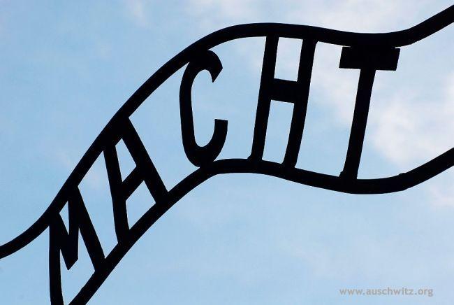 """Auschwitz-Birkenau - Gallery - Category: """"Arbeit Macht Frei"""" gate - Picture: """"Macht"""""""