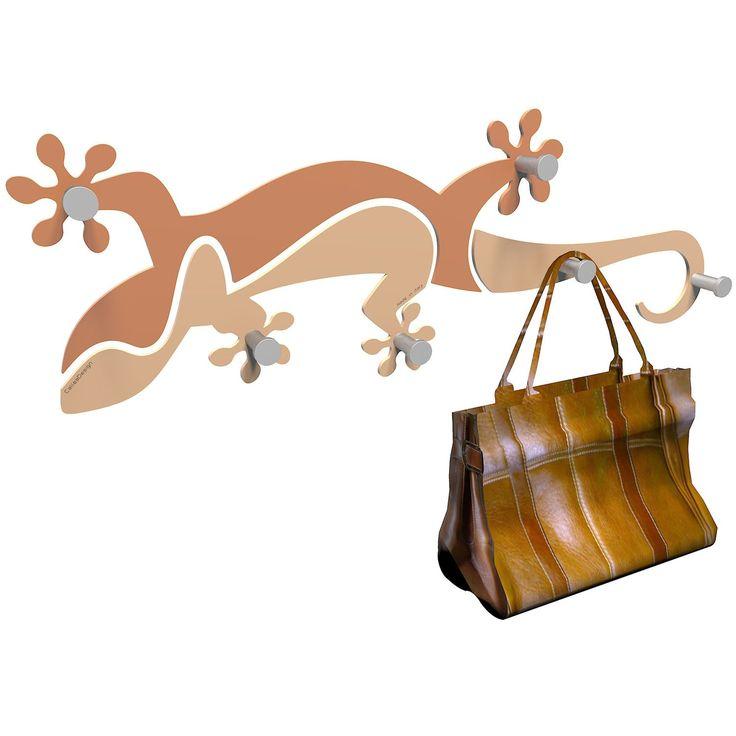 Perchero Gecko Coat rack de CalleaDesign. Diseño original hecho en Italia. Parecerá que tienes un lagarto sujetándote los abrigos y bolsos, déjaselos, él se ocupa de sujetarlos. Disponible en varios colores.