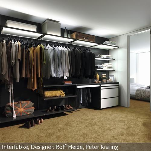 Great Der begehbare Kleiderschrank mit Regalkonstruktion ist durch eine Schiebt r vom Schlafbereich getrennt Die einzelnen Ablagefl chen