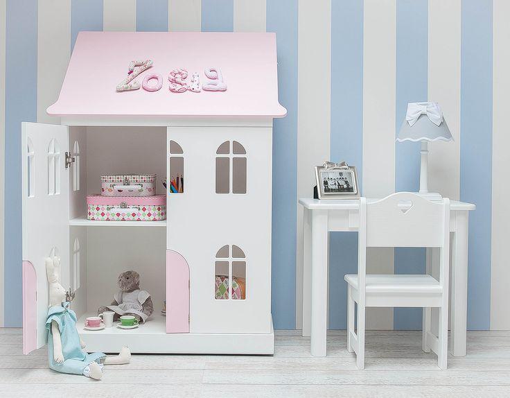 Domek dla lalek ...marzenie wielu małych dziewczynek.Wykonany przez nas to nie tylko przedmiot zabawy ale też praktyczny mebel, w którym można schować dziecięce skarby. Po zdjęciu drzwiczek otrzymujemy regalik na książki  zaś dach jest doskonałym miejscem dla inwencji twórczych Domek wyposażono w kółka ułatwiające swobodne przemieszczanie.