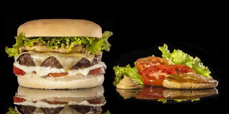 DUKA ROYALE - Hamburger Gourmet 200 grammi di hamburger di anatra cotto alla griglia, insalata gentile, crescenza e formaggio Montasio, scaloppina di foie gras, senape antica, pomodoro fresco e mayonese alla soia