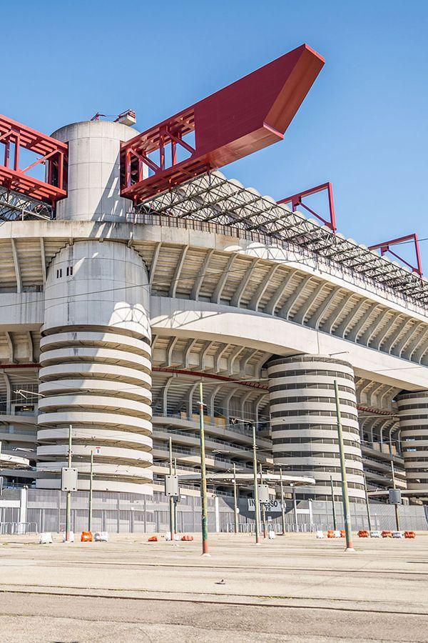 Estadio Giuseppe Meazza conocido como estadio San Siro tiene un peculiar techo, es un estadio de fútbol localizado en la ciudad de #Milán, #Italia. Capacidad: 81.277