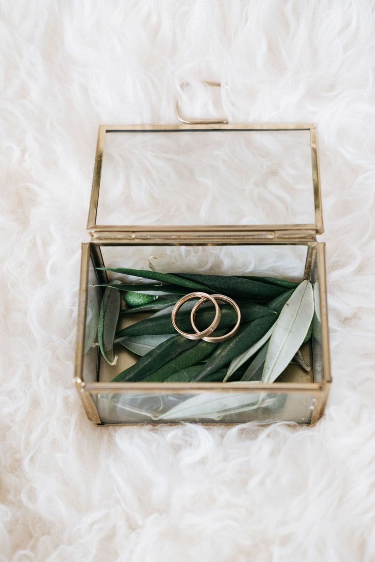 Ein Ringkästchen aus Gold für die Ringe am Tag d…