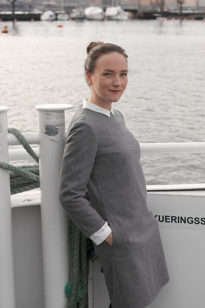 This dress made from mixture of wool and cashmere has a round neckline, fitted bust, back and shoulders and 7/8 sleeves. Has pockets and hidden zipper at the back.The material is quite thick and has a smooth wooly texture.Pairs greatly with long-sleeved top or shirt underneath.Composition:80% Wool / 20% Cashmere / Polyamide neckline liningLength: 90cm (Size EU 36)