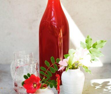 Koncentrerad sommar på flaska! Den här saften rårörs i stället för att kokas. Då bevaras alla smaker och nyttigheter. Saften kan med fördel frysas och tas fram efterhand. Jordgubbsmoset som blir över smakar mums i en tallrik fil eller i en smoothie.