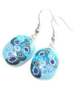 Handgemaakte lichtblauwe glazen oorbellen met blauw-witte en metallic accenten!