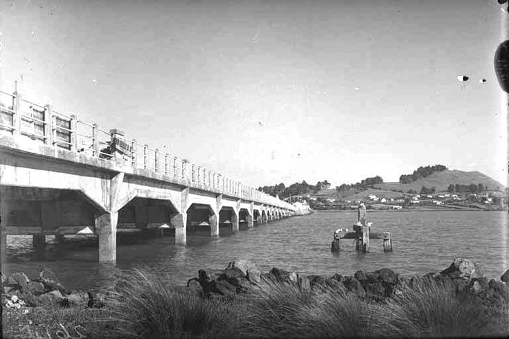 1940. Looking south from just west of Mangere Bridge showing Mangere Mountain (right background) and the bridge (left). Sir George Grey Special Collections, Auckland Libraries, 4-2646.