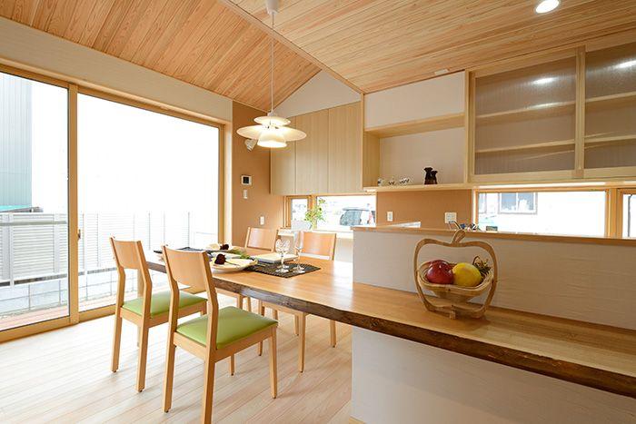S-M house:LDK、和室の壁は調湿性、断熱性、防火性に 優れた自然素材「珪藻土」を使いました。カビ やダニの発生を防止することで家族の健康を大 切に気遣います。