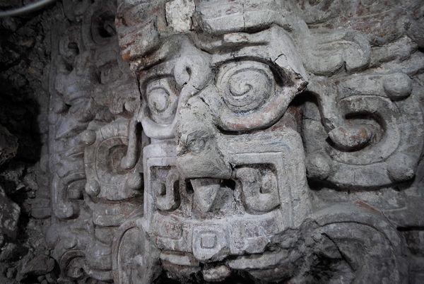 Scoperto un nuovo tempio Maya Il tempio, decorato con enormi maschere del dio Sole, è una vera e propria miniera d'oro per gli archeologi ch...