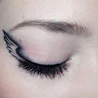 Günaydın.. Şeytan ayrintida gizlidir.. Yılbaşı makyajı için farklı bir alternatif, ciziminize guveniyorsaniz bir deneyin #aklinizdaolsun #guzellikyayinda #guzellikrehberi #makeup #makyaj #instamakeup #eyeliner #idea #iyifikir #yilbasi #makyaji #2016