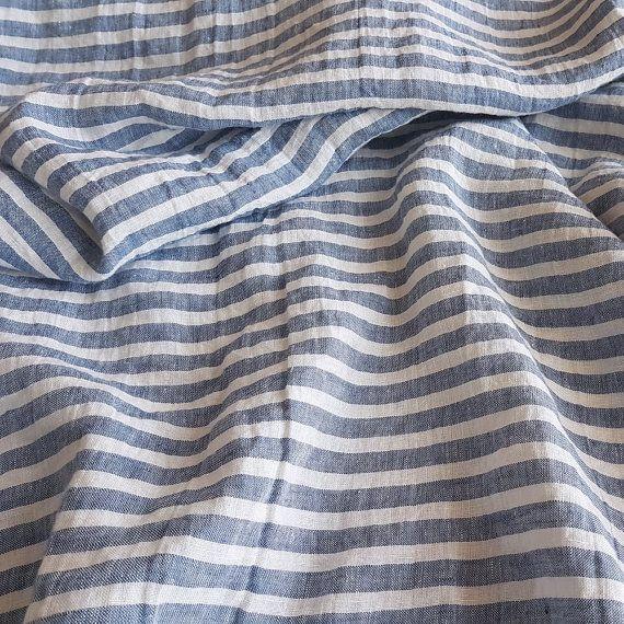 Wide verzacht horizontaal gestreept linnen stof voor uw doe-projecten - blauw en gebroken witte strepen. Eco-vriendelijke authentiek Litouwse linnen stof van verbeterde duurzaamheid, hypoallergeen en ademend.  Linnen stof gebruikt werd speciaal gewassen en wasdroger na te gaan buitengewone zachtheid en gevoel van comfort en gezelligheid. Het zal niet verder krimpen. En niet meer Strijkservice, nooit, gewoon laten zoals het is.  Linnen is biologisch geteelde, natuurlijk hypoallergeen…
