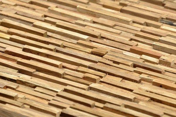 Revestimiento en madera natural tratada con autoclave.