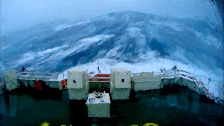14 minutos de tensión a bordo de un barco que enfrenta olas de 30 metros