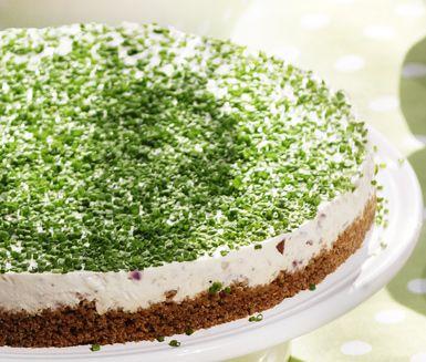 En ståtlig matig tårta på matjessill, kesella och gräddfil bland annat. Matjessilltårtan gör du på en botten av kavring och garnerar med gräslök. Silltårta blir läckert till midsommar för alla som älskar sill!