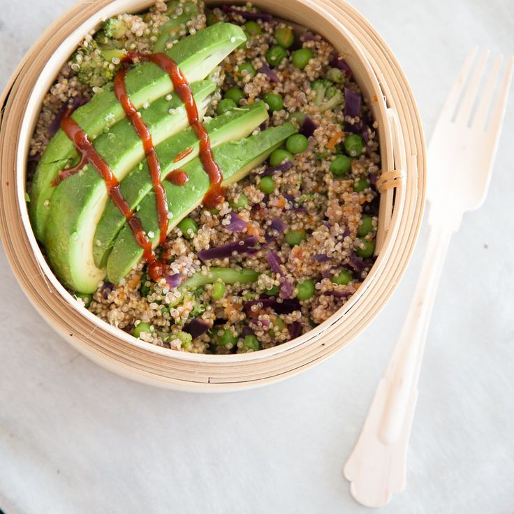 Superfood Buddha-Bowl mit Quinoa und Avocado