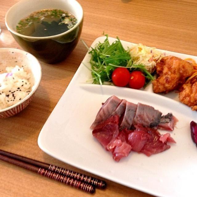 ワンプレートに盛り付けたあり合わせの昼ごはん。 - 35件のもぐもぐ - カツオのお刺身、鶏の唐揚げ、サラダ、しじみワカメスープ、ごはん by usaco123