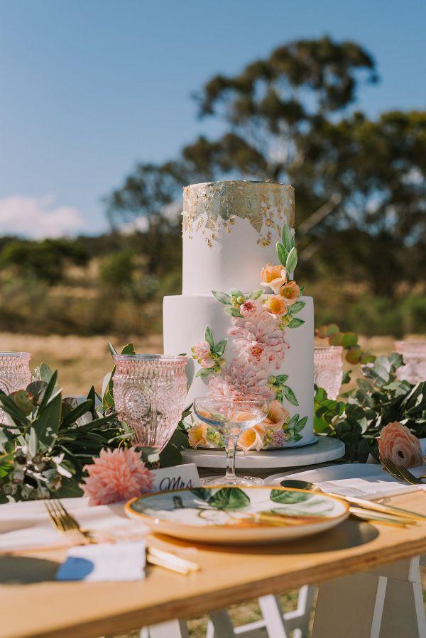 Floral wedding cake    #engaged #weddingideas #aislesociety #italianwedding