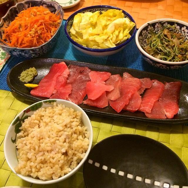 レシピとお料理がひらめくSnapDish - 13件のもぐもぐ - 鮪の刺身、人参と胡桃のクミンサラダ、キャベツのカレーピクルス、ベーコンと空芯菜の芽炒め by Junya Tanaka