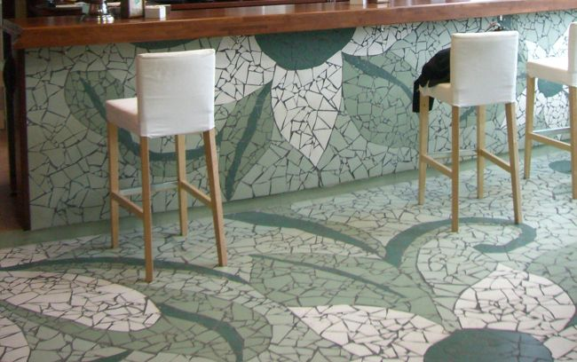 Revestimiento de barra de bar y suelo mediante la técnica del mosaico trencadis. Diseñado y realizado a mano en exclusiva por La Jirafa Proyectos Artísticos