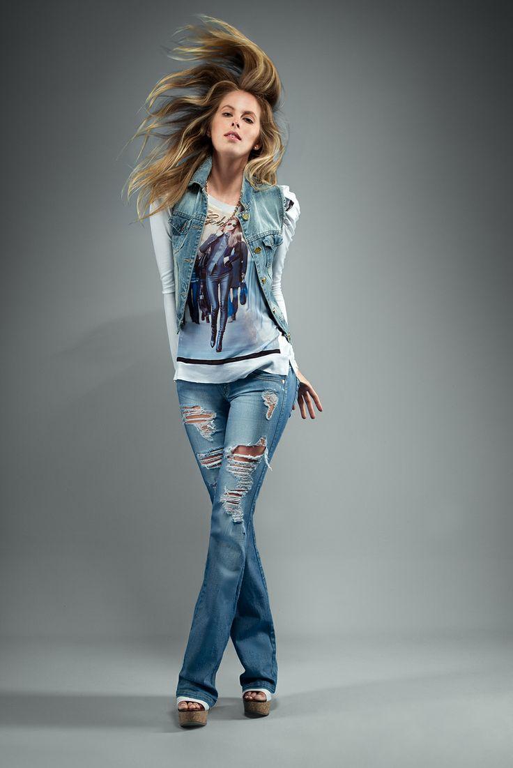 Blusa: Ref. E208327 - $69.900 Jeans: Ref. E131446 - $129.900 Sandalia: Ref. E340065 - $89.900 Collar: Ref. E500378 - $24.900