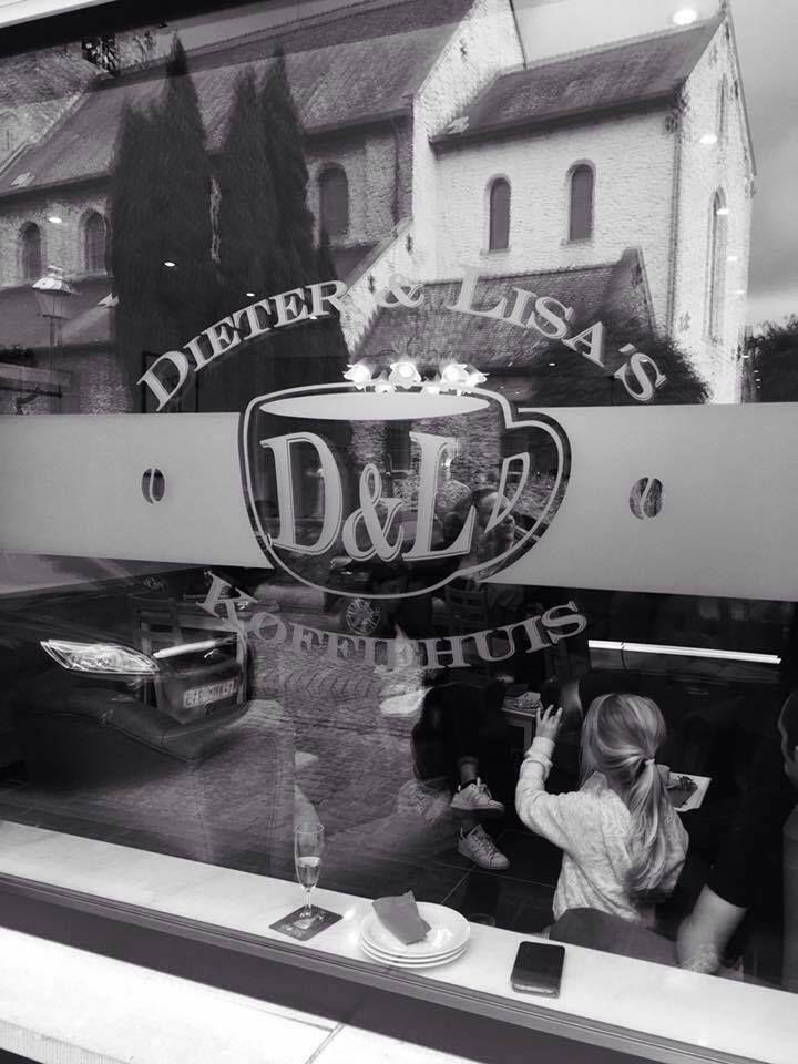 Naast bakkerij Dirk & co in de Paardenmarktstraat in Ename is een koffiehuis geopend: Dieter en Lisa's koffiehuis. Dieter is de zoon van bakker Dirk en serveert naar koffies ook taartjes uit de bakkerij. Ook pannenkoeken, wafels en ijsjes staan op de kaart. 's Ochtends kan je er terecht vanaf 7.30 uur voor een ontbijt en op de middag zijn er soep, snacks en broodjes.