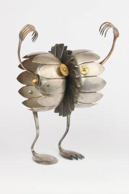 Gemaakt van afvalmateriaal: heeft iets van een vogelvorm.
