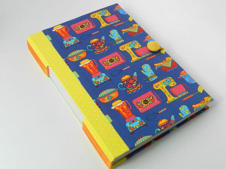 Caderno de receitas.  Capa dura revestida com tecido 100% algodão e guardas em papel Color Plus.  Miolo papel reciclado com pautas para anotações de 100 receitas..  Fechamento com elástico.  Costura aparente feita com fio encerado.    Produto inteiramente feito à mão.    * O envio do produto ocor...