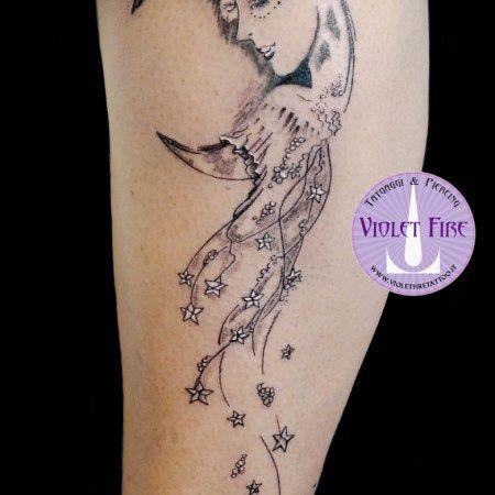 Tatuaggio luna con volto femminile, moon-lady tattoo - microtattoo, tatuaggio miniatura, tratto fine, fine line tattoo, microtatuaggio, miniature tattoo, moon tattoo, tatuaggio luna, tatuaggio stele, stars tattoo, tatuaggio faccia, tatuaggio volto, face tattoo - Adam Raia - Violet Fire Tattoo & Piercing - tatuaggi maranello, tatuaggi modena, tatuaggi sassuolo, tatuaggi fiorano, tatuaggio nichel free, tatuaggio senza nichel, tatuaggio vegano, nickel free tattoo, vegan tattoo, italian tattoo…