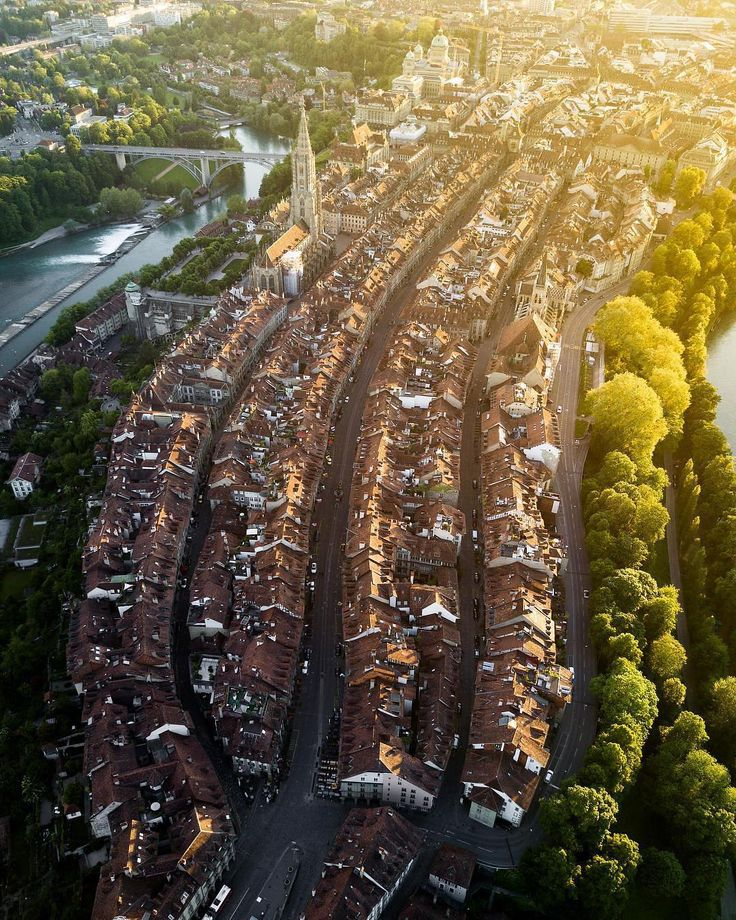 "6,216 Beğenme, 51 Yorum - Instagram'da Visit Switzerland 🇨🇭 (@visitswitzerland): ""Now that's a view: Bern's jammed rooftops and streets in a new, stunningly photographed perspective…"""