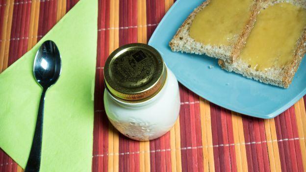 Autoproduzione in cucina: yogurt fatto in casa....Yogurt fatto in casa? Perché no! Con la ricetta step by step di Lisa Casali è semplicissimo: provare per credere!  Per avere lo yogurt sempre fresco in frigorifero non c'è niente di meglio che... Prepararlo in casa! Scopri come fare con la ricetta della nostra esperta Lisa Casali!  Ingredienti per un Kg di yogurt      Un litro di latte     Un vasetto di yogurt bianco  Step by step      Versare il latte in una pentola e portarlo ad ebollizione