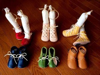 ファーストシューズやプレゼントに! ウメロイークの「靴」の手作り ... 色とりどりの、おしゃれなシューズ。これ、全部子ども用なんです!し・
