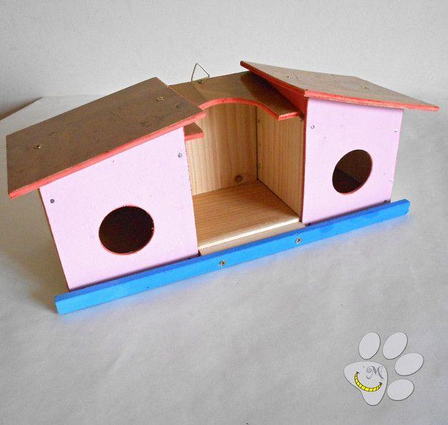 Casetta per uccellini, da appendere in giardino (o terrazza / balcone). Questa casetta ha due alloggiamenti per gli uccellini in cerca di un posto in cui nidificare e, al centro, uno per la mangiatoia. E' perfetta per insegnare ai bambini la bellezza della natura e l'importanza della libertà! In vendita qui: http://it.dawanda.com/product/96142075-casetta-per-uccellini-per-giardino-o-balcone Seguimi su fb: https://www.facebook.com/MaliceCrafts