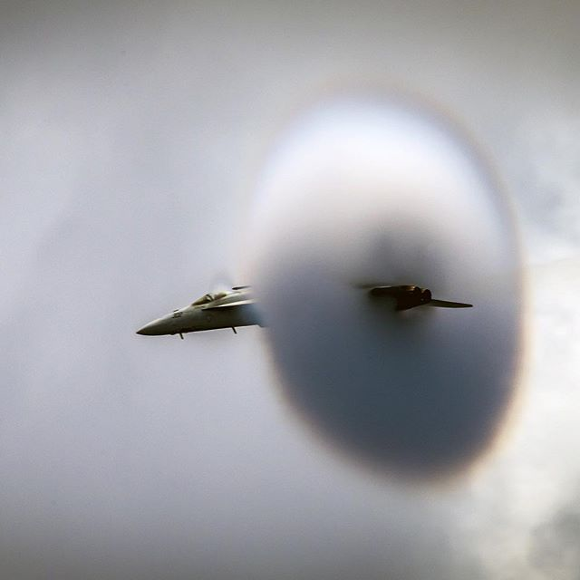 """""""Супер Хорнет"""" F/А - 18Е проводит высокоскоростный пролет во время демонстрации силы ВМФ США в западной части Тихого Океана. Фото: Matthew Granito / U.S. Navy #usa #superhornet #speed #air #power #navy #security #pacificanorthwest"""