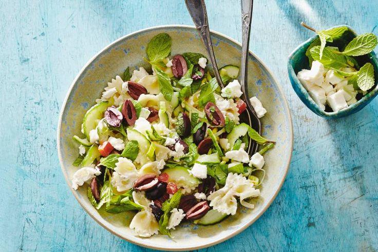 Ideaal gerecht voor in je picknickmand, of als bijgerecht bij de barbecue - Frisse pastasalade met feta - Recept - Allerhande