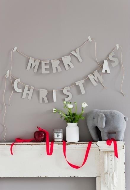 Maak een kerstslinger door letters uit te knippen en aan touw te hangen. Zet touw vast met masking tape aan de muur. #diy
