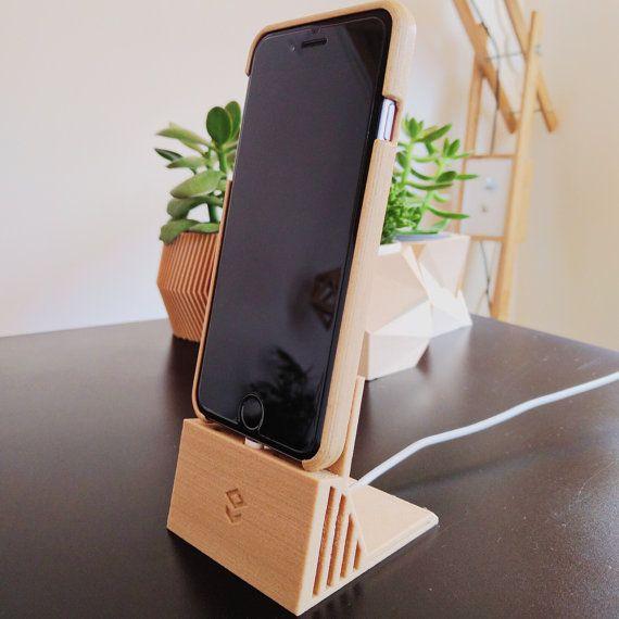 Dock en bois minimaliste pour iPhone 6 6s 6Plus.  Ce stand imprimé en 3D en bois permet grâce à ces deux cavités damplifier le son de votre téléphone et ce de manière passive. Cest à dire sans électricité ni batterie ! Posez simplement votre téléphone le stand et profitez dun meilleur son pour votre musique ou vos appels en haut parleurs ! - Optimisé pour intégrer de manière élégante votre cable de chargeur Apple. - Convient aux iPhone avec une coque (pas trop épaisse non plus)…