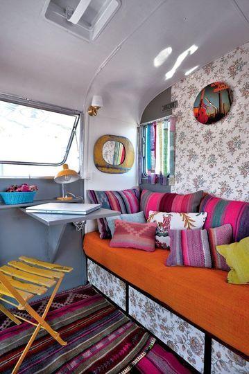 Vie estivale en caravane à travers un décor vintage recomposé.