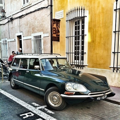 As a connoisseur of the avante garde estate car genre I give you a couple of beauties. Second up a beautiful old Citroen snapped in St Tropez #alphacogolin  (Taken with Instagram)