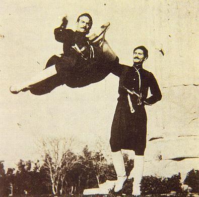 Ο περίφημος πρωτοχορευτής και δάσκαλος κρητικών χορών Μύρωνας Σαπουντζής από το Μακρυγιάννη Μυλοποτάμου σε μία άψογη εκτέλεση ταλιμιού. (Αρχείο Μύρωνα Σαπουντζή - δημοσιεύεται στο Ιωάννη Θεμ. Τσουχλαράκη, Οι χοροί της Κρήτης, μύθος - ιστορία - παράδοση, Κλασικές Εκδόσεις, Αθήνα, 2000).